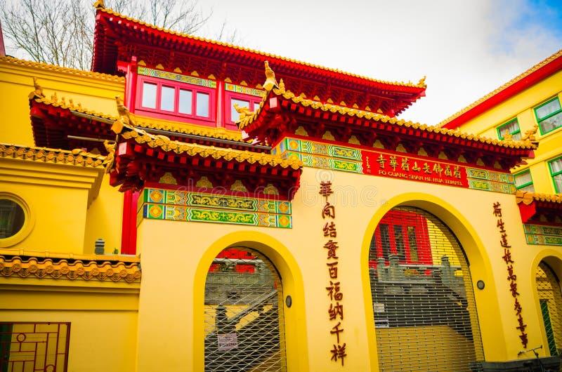 AMSTERDAM, PAÍSES BAJOS, ABRIL, 23 2018: Vista al aire libre de la fachada del él entrada principal de Hua Temple en tubería del  fotos de archivo libres de regalías