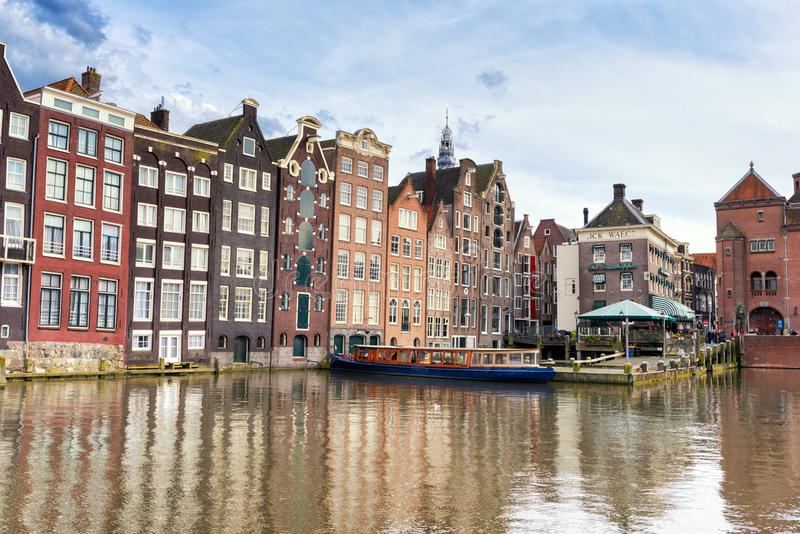 AMSTERDAM, PAÍSES BAJOS - 29 DE ABRIL DE 2016: Casas holandesas coloridas viejas típicas que se colocan en el canal fotografía de archivo