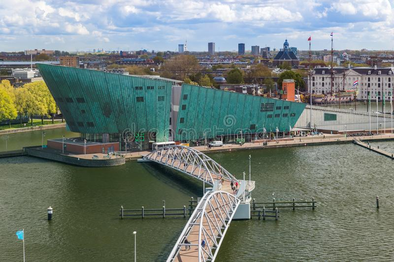 AMSTERDAM PAÍSES BAJOS - 25 DE ABRIL DE 2017: El museo de ciencia de Nemo el 25 de abril de 2017 en Amsterdam Países Bajos imagen de archivo
