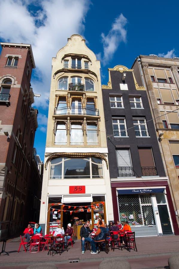 AMSTERDAM, PAÍSES BAJOS 27 DE ABRIL: Restaurante exterior local en la calle de Rokin durante Day de rey fotos de archivo