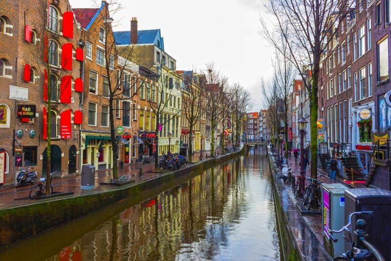 Amsterdam, Países Bajos - 14 de diciembre de 2017: El canal y el terraplén más famosos en Amsterdam foto de archivo