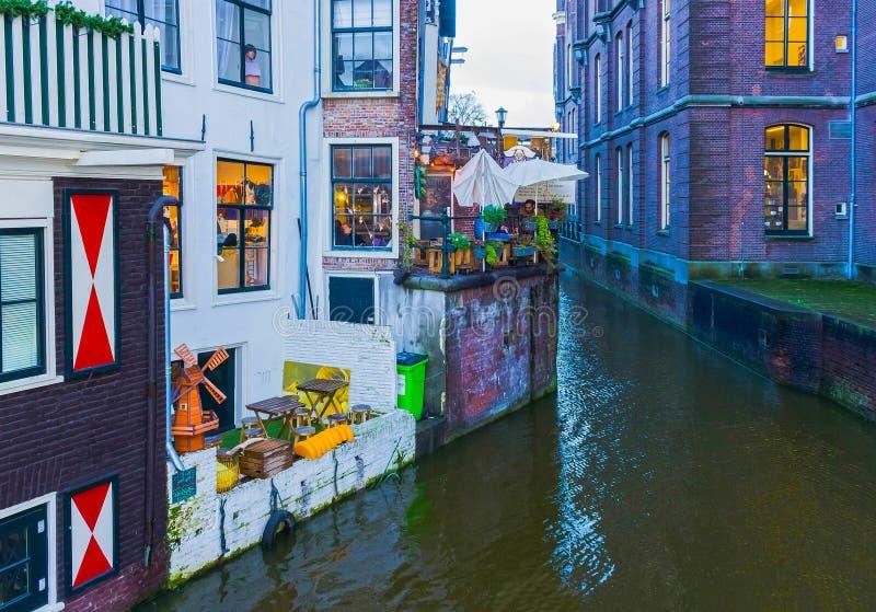 Amsterdam, Países Bajos - 14 de diciembre de 2017: El canal y el terraplén más famosos en Amsterdam fotografía de archivo libre de regalías