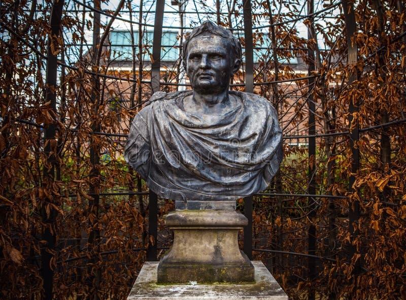 AMSTERDAM, PAÍSES BAJOS - 1 DE ENERO DE 2016: Estatua de bronce antigua en el parque del Rijksmuseum Amsterdam - Netherland fotos de archivo libres de regalías