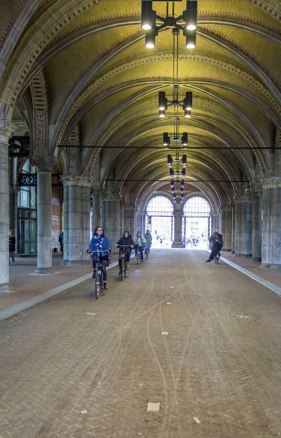 AMSTERDAM, PAÍSES BAJOS - 8 DE FEBRERO: Paso exterior a del bicicle fotos de archivo libres de regalías