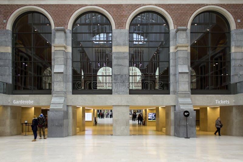 AMSTERDAM, PAÍSES BAJOS - 8 DE FEBRERO: Visitantes en Rijksmuseum imagen de archivo