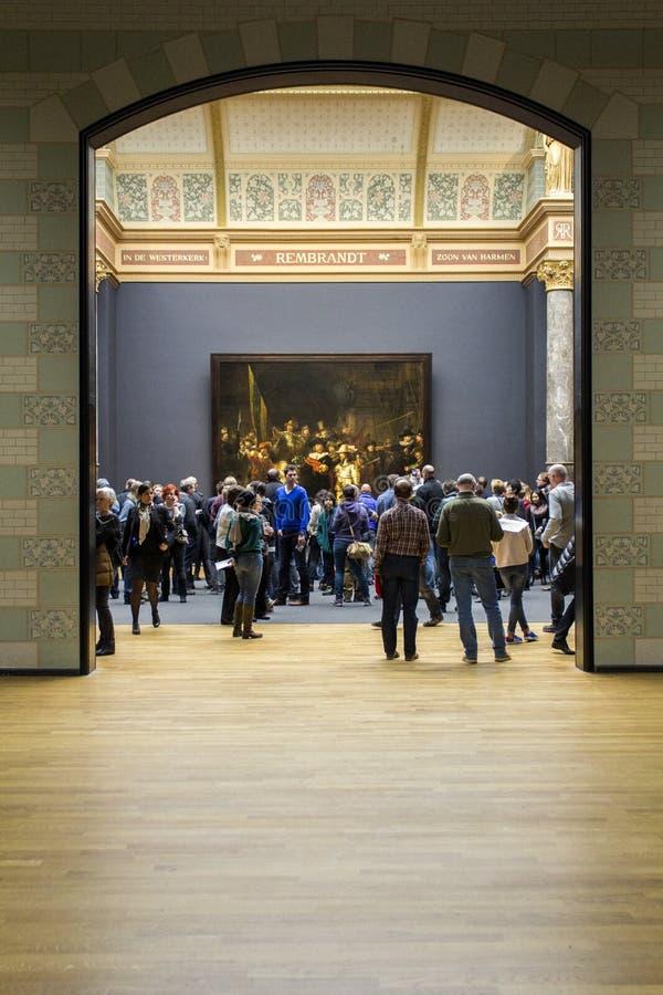 AMSTERDAM, PAÍSES BAJOS - 8 DE FEBRERO: Visitantes en Rijksmuseum fotografía de archivo libre de regalías