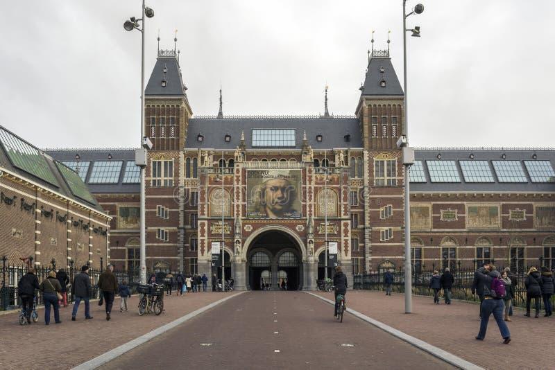 AMSTERDAM, PAÍSES BAJOS - 8 DE FEBRERO: Visitantes en Rijksmuseum foto de archivo