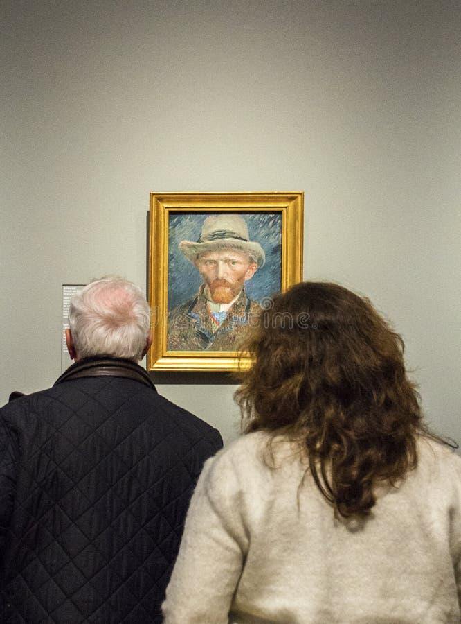 AMSTERDAM, PAÍSES BAJOS - 8 DE FEBRERO: Visitantes en Rijksmuseum encendido foto de archivo libre de regalías