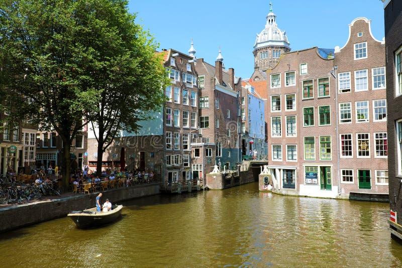 AMSTERDAM, PAÍSES BAJOS - 6 DE JUNIO DE 2018: casas hermosas en Amste imagenes de archivo