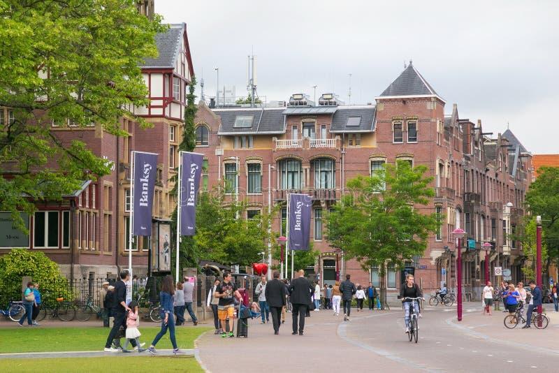 AMSTERDAM, PAÍSES BAJOS - 25 DE JUNIO DE 2017: Edificio histórico viejo cerca del museo de Moco del arte moderno en Amsterdam fotos de archivo