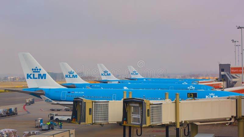Amsterdam, Países Bajos - 11 de marzo de 2016: Aeroplano de KLM parqueado en el aeropuerto de Schiphol foto de archivo libre de regalías