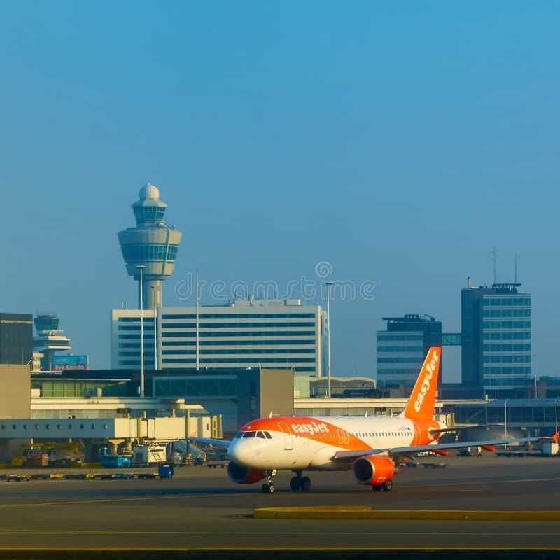 Amsterdam, Países Bajos - 11 de marzo de 2016: Aeropuerto Schiphol de Amsterdam en Países Bajos El AMS es los Países Bajos princi fotografía de archivo libre de regalías
