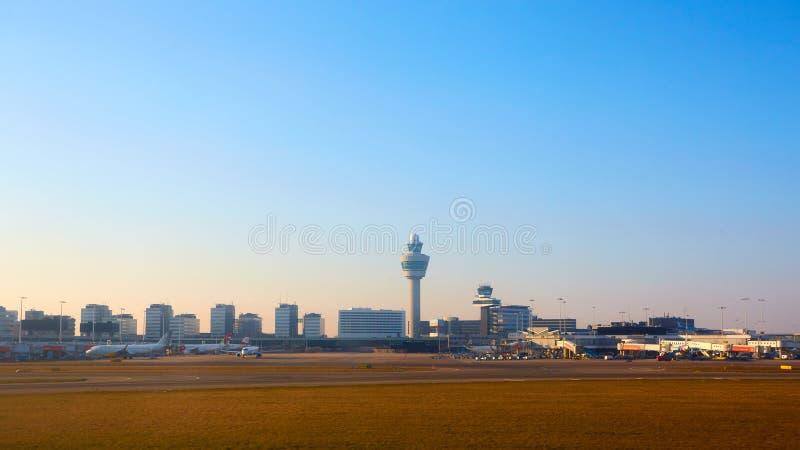 Amsterdam, Países Bajos - 11 de marzo de 2016: Aeropuerto Schiphol de Amsterdam en Países Bajos El AMS es los Países Bajos princi imagenes de archivo