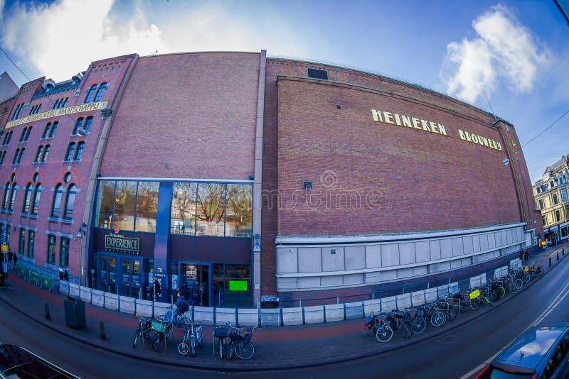 AMSTERDAM, PAÍSES BAJOS, MARZO, 10 2018: Vista al aire libre del edificio de la cervecería de Heineke, museo de la experiencia de imagen de archivo libre de regalías