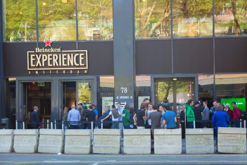 Amsterdam, Países Bajos - mayo de 2018: La cervecería de la experiencia de Heineken con los visitantes y los turistas Cervecería  imágenes de archivo libres de regalías