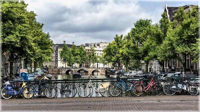 Amsterdam, Pa?ses Bajos Bicicletas en el puente fotos de archivo