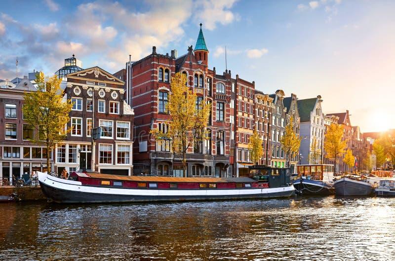 Amsterdam, Pa?ses Bajos Casas flotantes, casas de baile imagenes de archivo