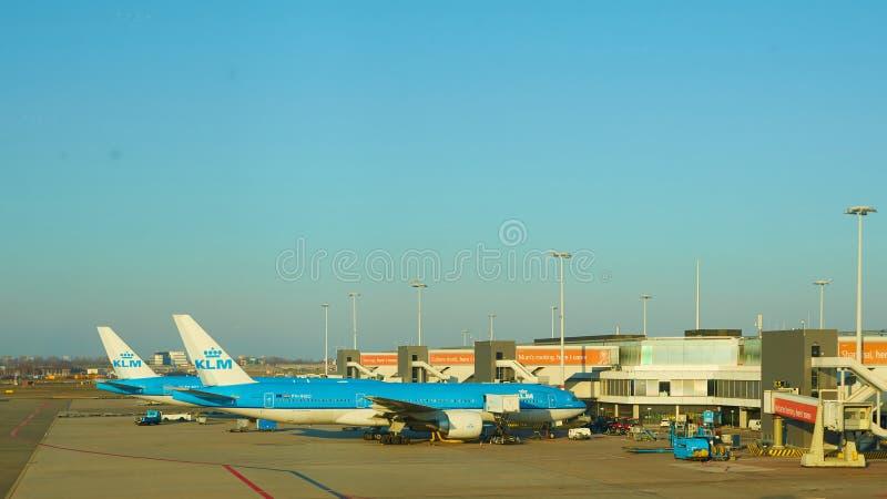 Amsterdam, Pa?ses Bajos - 11 de marzo de 2016: Aeroplano de KLM parqueado en el aeropuerto de Schiphol imagen de archivo libre de regalías