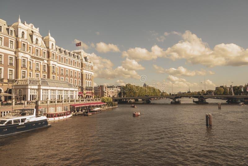 Amsterdam, Paesi Bassi - 3 agosto 2013: Un'immagine d'annata di tono di colore dell'hotel di fama mondiale del amstel, come visto immagini stock libere da diritti