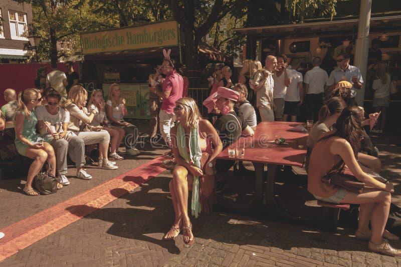 Amsterdam, Paesi Bassi - 3 agosto 2013: Un'immagine d'annata di tono di colore della parata gay di Amsterdam in un canale un gior fotografia stock libera da diritti
