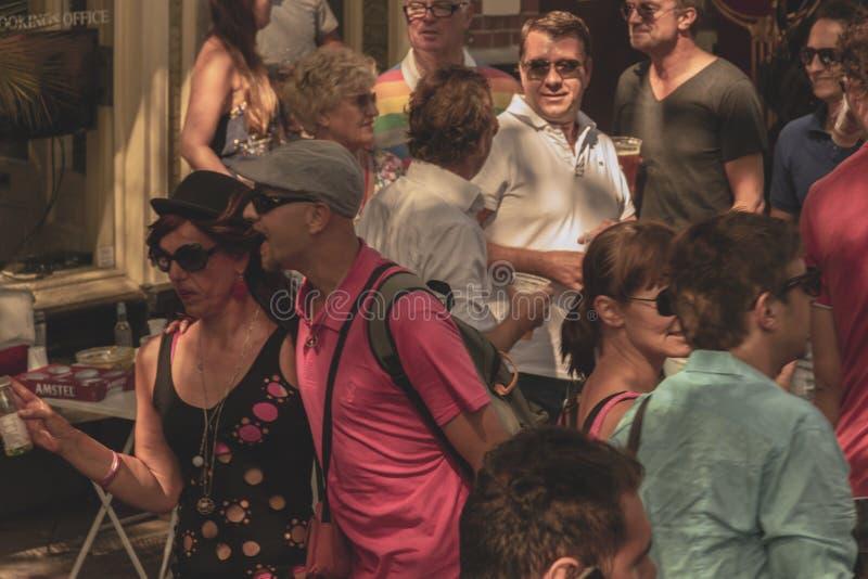Amsterdam, Paesi Bassi - 3 agosto 2013: Un'immagine d'annata di tono di colore della parata gay di Amsterdam in un canale un gior fotografie stock