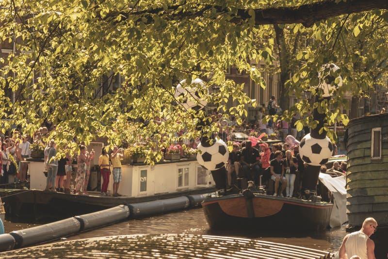 Amsterdam, Paesi Bassi - 3 agosto 2013: Un'immagine d'annata di tono di colore della parata gay di Amsterdam in un canale un gior immagine stock libera da diritti