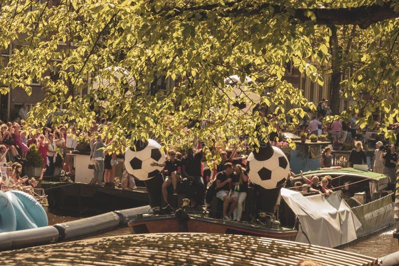 Amsterdam, Paesi Bassi - 3 agosto 2013: Un'immagine d'annata di tono di colore della parata gay di Amsterdam in un canale un gior immagini stock libere da diritti