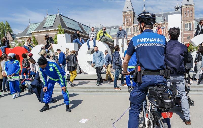 Amsterdam, Paesi Bassi - 31 aprile 2017: Dare un'occhiata handhaving del dipartimento di polizia le prestazioni della via immagini stock libere da diritti