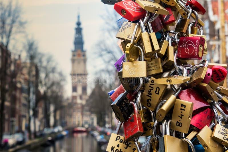 AMSTERDAM, PAESI BASSI - 10 APRILE 2018: Le centinaia di lucchetti hanno chiamato le serrature di amore a Amsterdam, Paesi Bassi  fotografie stock libere da diritti