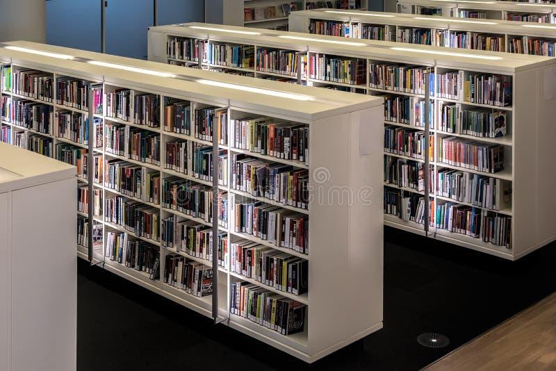 AMSTERDAM, PAESI BASSI - 10 APRILE 2018: Scaffali di libro bianco con i libri nella biblioteca pubblica di Amsterdam Ciò è la più fotografie stock