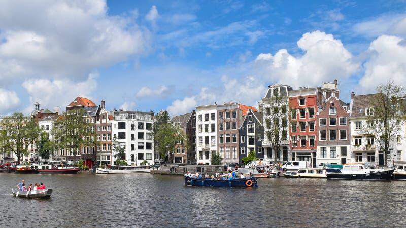 Amsterdam, Paesi Bassi, Europa - 27 luglio 2017 Case pittoresche nel centro urbano fotografie stock libere da diritti