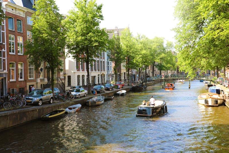 AMSTERDAM, PAESI BASSI - 6 GIUGNO 2018: canale a Amsterdam con immagine stock libera da diritti