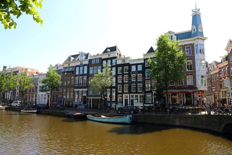 AMSTERDAM, PAESI BASSI - 6 GIUGNO 2018: canale a Amsterdam con le case molla europea della città del punto di riferimento di Amst fotografie stock libere da diritti