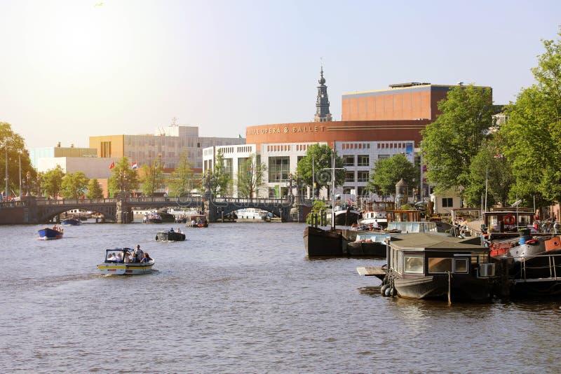 AMSTERDAM, PAESI BASSI - 6 GIUGNO 2018: fiume Amstel con olandese N fotografia stock