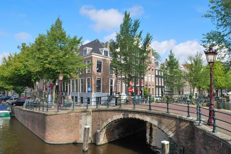 Amsterdam. Passerelle à travers les canaux photos libres de droits