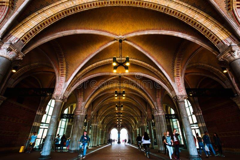 AMSTERDAM, PAYS-BAS - 3 AOÛT 2017 : Le piéton et la bicyclette percent un tunnel par le Rijksmuseum images libres de droits