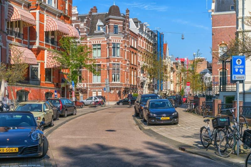 Amsterdam, Pays-Bas - 9 avril 2019 : Bicyclettes classiques et maisons historiques ? vieil Amsterdam Rue typique ? Amsterdam avec photo libre de droits