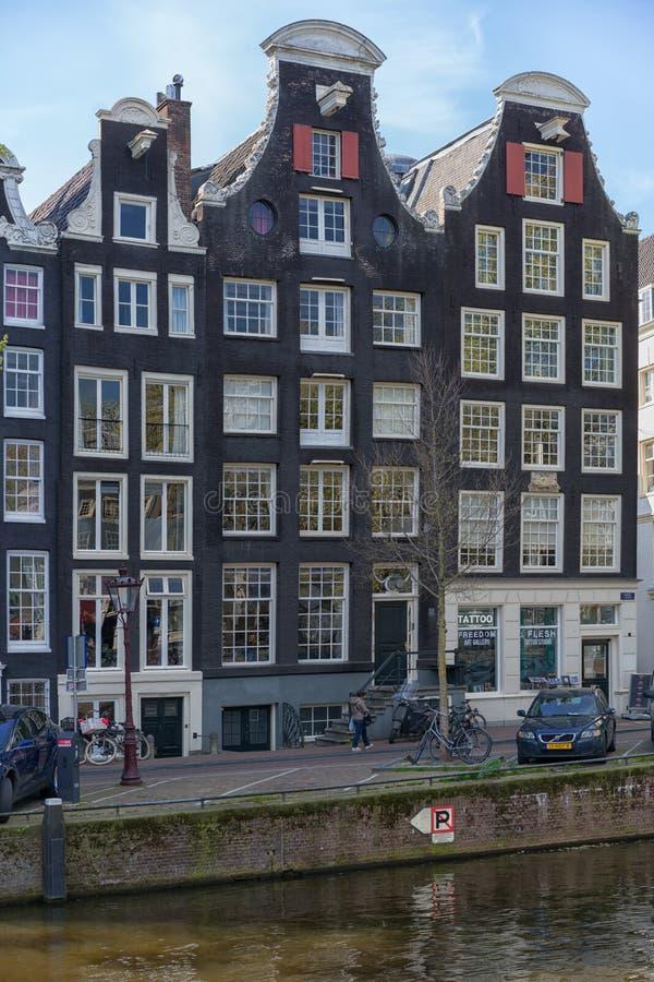 Amsterdam, Pays-Bas - 9 avril 2019 : Bicyclettes classiques et maisons historiques ? vieil Amsterdam Rue typique ? Amsterdam avec image libre de droits