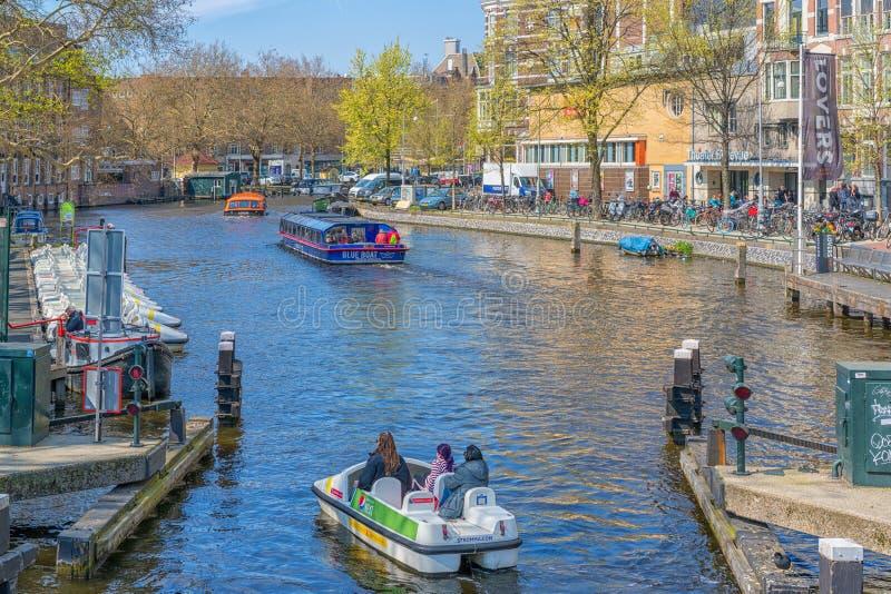 Amsterdam, Pays-Bas - 9 avril 2019 : Bicyclettes classiques et maisons historiques ? vieil Amsterdam Rue typique ? Amsterdam avec photographie stock