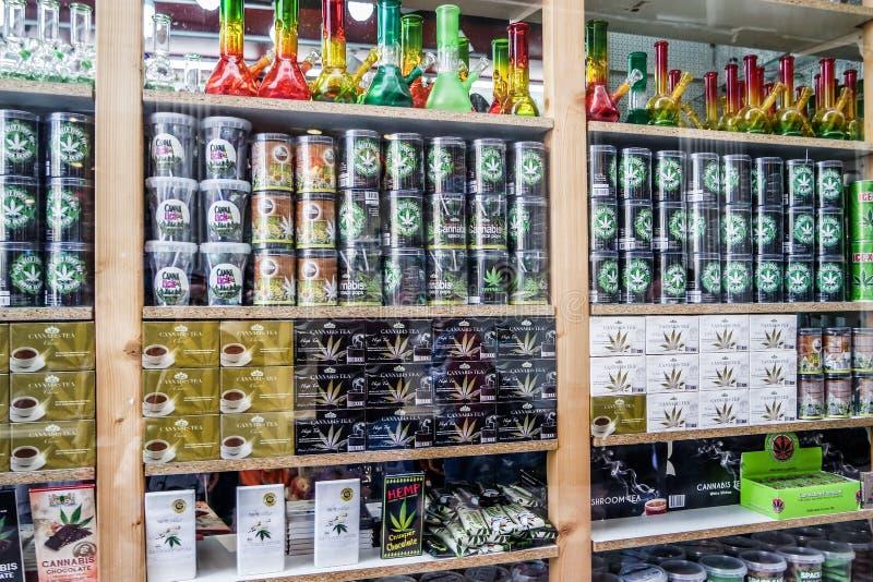 Amsterdam, Pays-Bas - 31 avril 2017 : La fenêtre d'un café expose une grande variété de produits de cannabis image stock