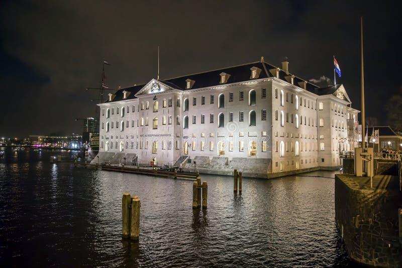 AMSTERDAM, PAYS-BAS - 28 DÉCEMBRE 2017 : COV-bateau Indiaman est Amsterdam et Het Scheepvaart de musée maritime national images stock
