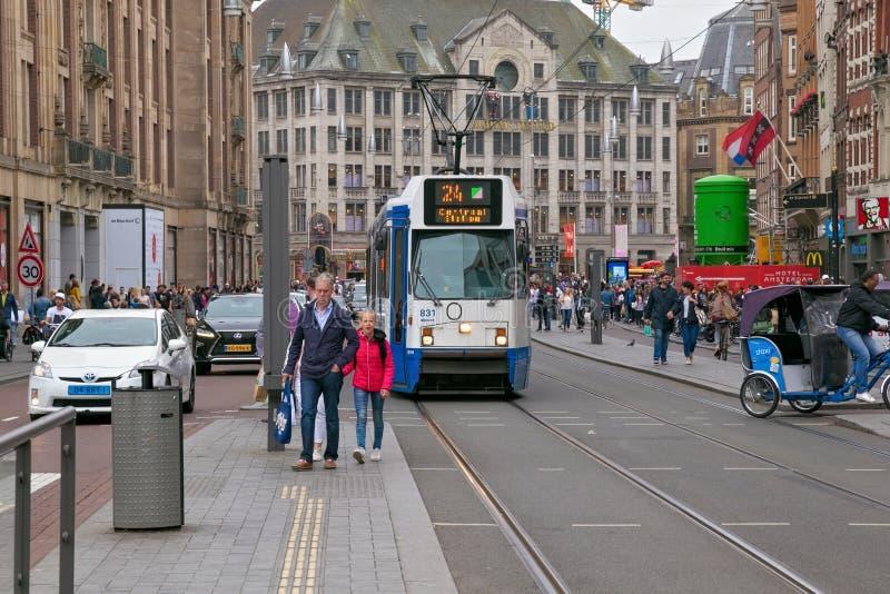 AMSTERDAM, PAYS-BAS - 25 JUIN 2017 : Tram de Ferroviaires de constructions de MILLIARD Serie 12G dans la partie historique d'Amst photographie stock