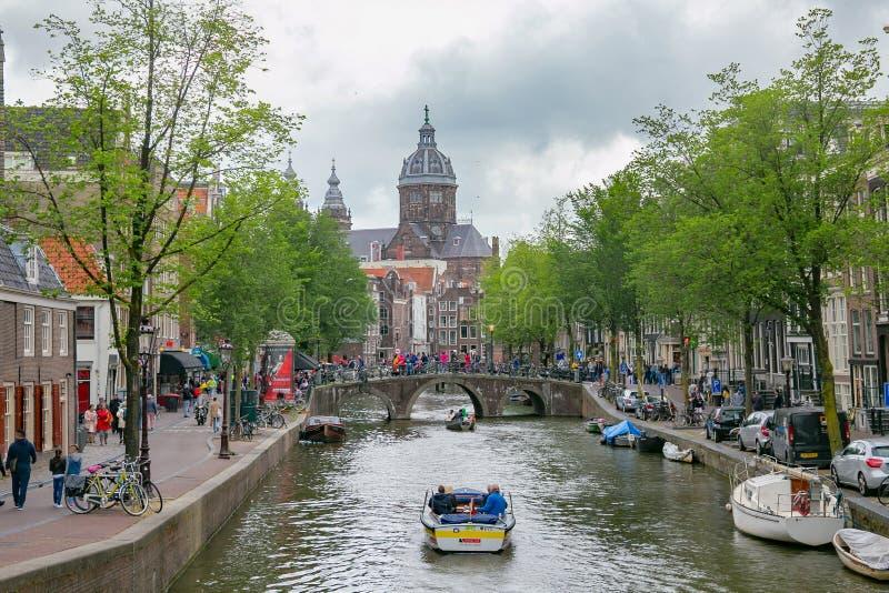 AMSTERDAM, PAYS-BAS - 25 JUIN 2017 : Vue de la basilique de l'église catholique principale et du vieux pont de la ville de Saint- photographie stock libre de droits