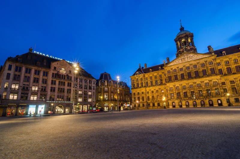 Amsterdam, Pays-Bas - 7 mai 2015 : La place de touristes de barrage de visite avec vue sur Royal Palace et la Madame Tussaud cire photo stock
