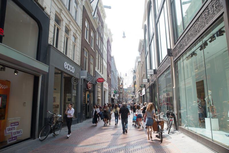 Amsterdam, Pays-Bas - 18 octobre 2018 - une rue animée Haarlemmerstraat au coeur de photo stock
