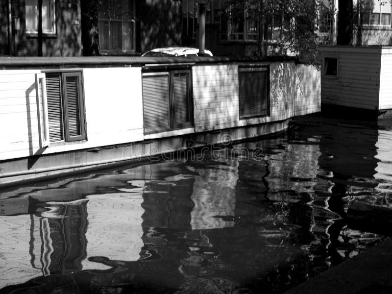 AMSTERDAM PENICHE. Photo en noir et blanc dune péniche sur un canal deau de la ville dAmsterdam royalty free stock photos
