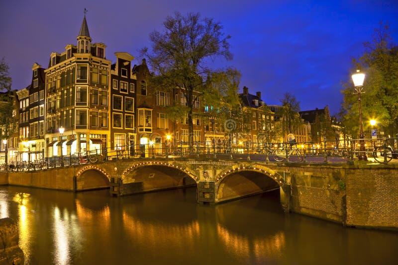 Amsterdam przy noc zdjęcia stock