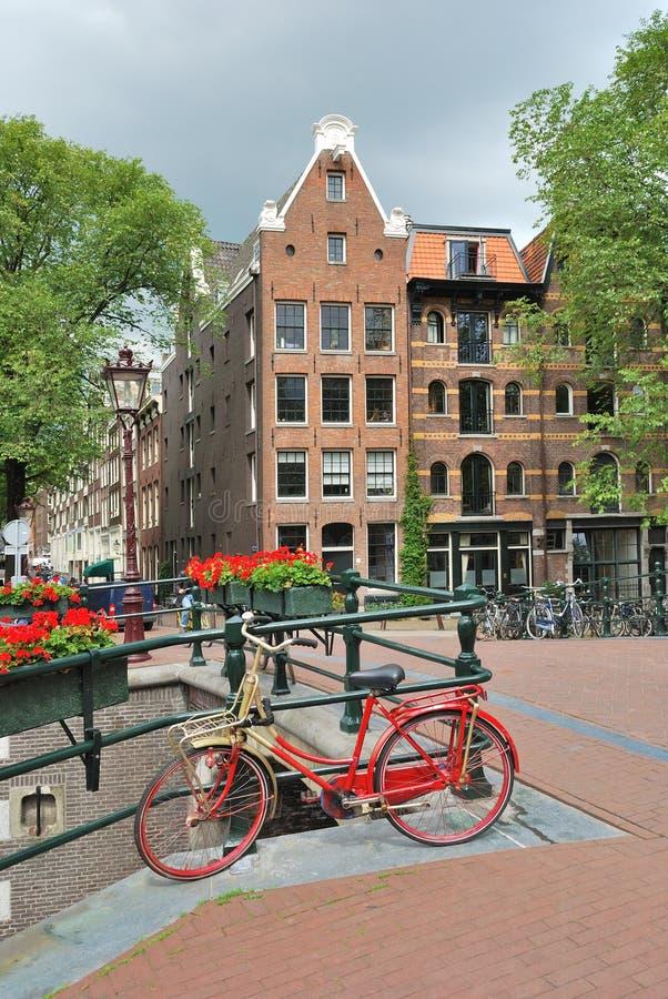 Amsterdam. Puente sobre el canal Brouwersgracht imagen de archivo libre de regalías