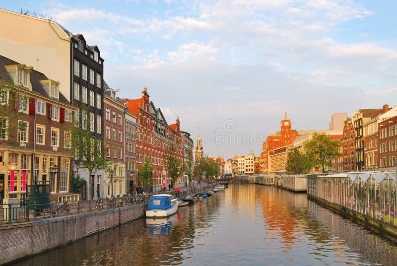Amsterdam. Puesta del sol de oro en Singel imágenes de archivo libres de regalías