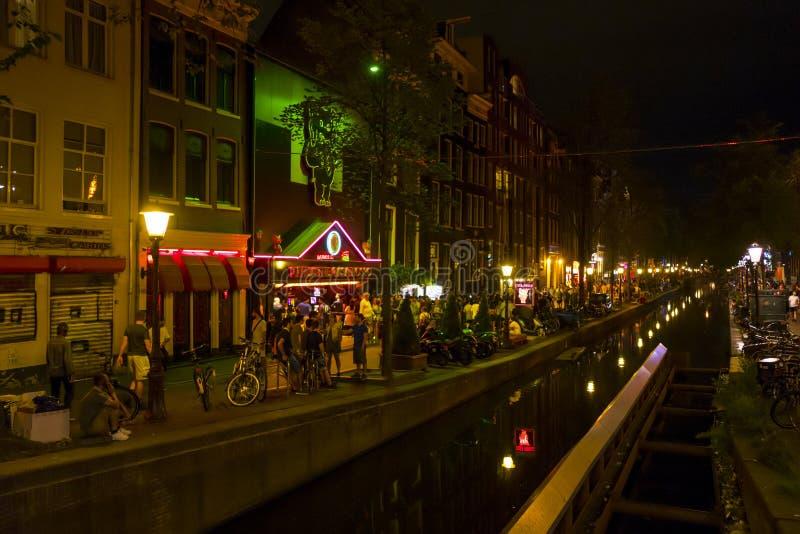 Amsterdam rött ljusområde - typisk sikt - AMSTERDAM - NEDERLÄNDERNA - JULI 20, 2017 royaltyfria bilder